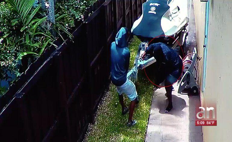 Capturan a uno de los hombres que quedaron captados robando un JetSki de una casa en North Miami Beach
