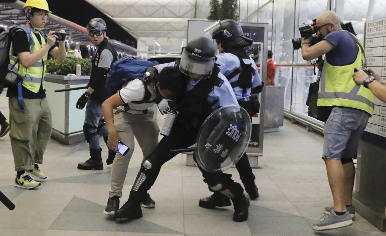 Agreden a supuestos espías de China en Hong Kong