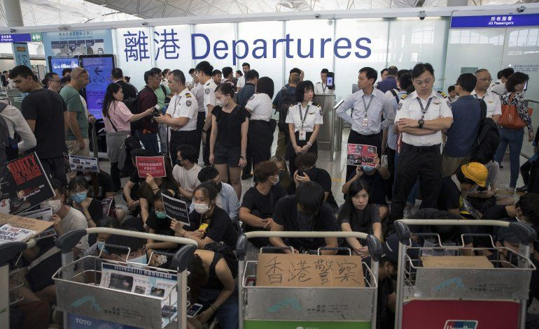 Aeropuerto de HK reanuda vuelos, manifestantes se disculpan