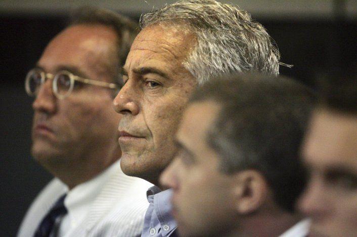 Videos muestran que guardias no revisaron celda de Epstein