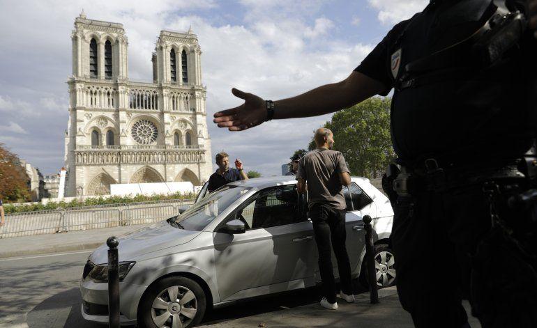 Caen piedras de la dañada catedral de Notre Dame en París