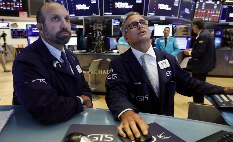 Wall Street cierra mayormente en alza tras jornada agitada