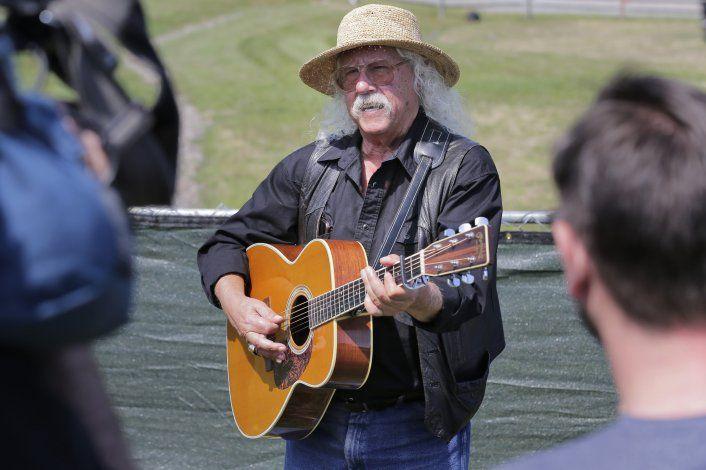 Arlo Guthrie canta en el lugar de Woodstock