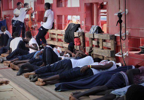 Malta permite desembarco de 356 migrantes; irán a 6 países