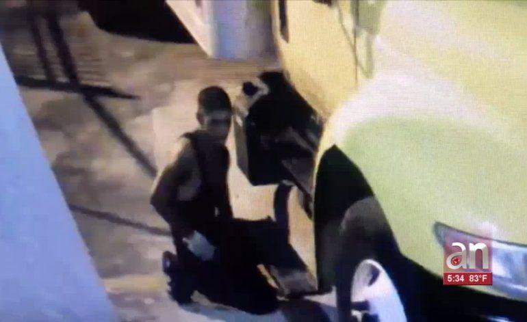 Policía de Miami busca a un ladrón que robó baterías de camiones valoradas en $4,800