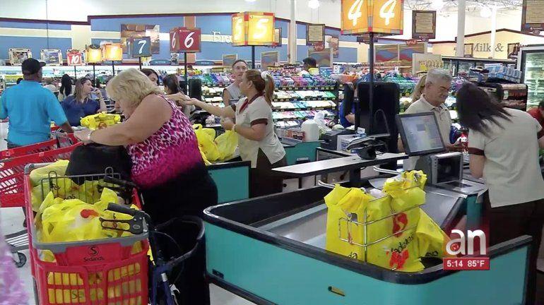 Abarrotados los supermercados de Miami por la llegada del huracán Dorian