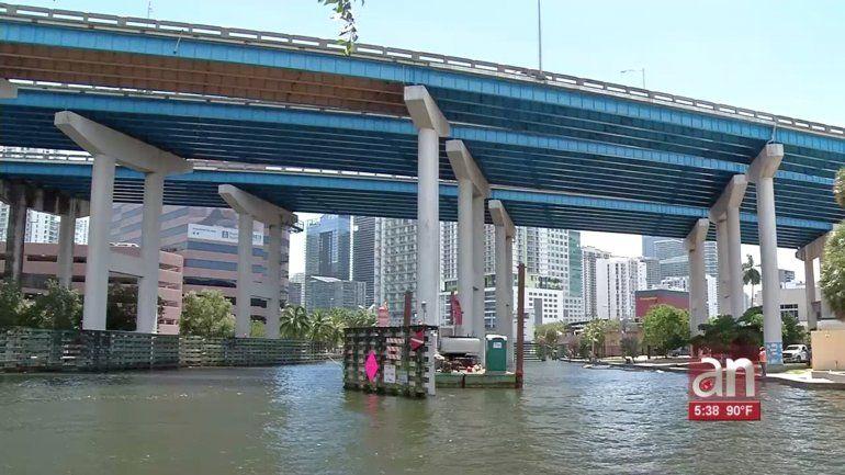 Buscan el cuerpo de un hombre en el río Miami que habría caído en el agua en horasde la madrugada