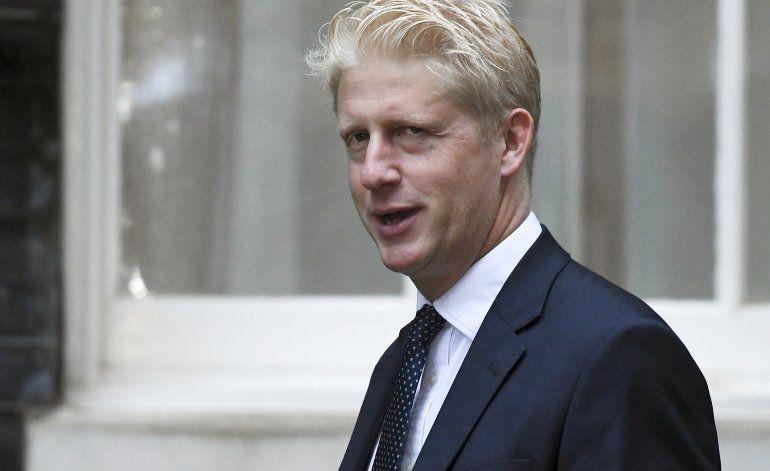 Hermano menor de Boris Johnson abandona la nave