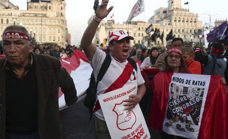 Peruanos exigen comicios en 2020 por polarización política