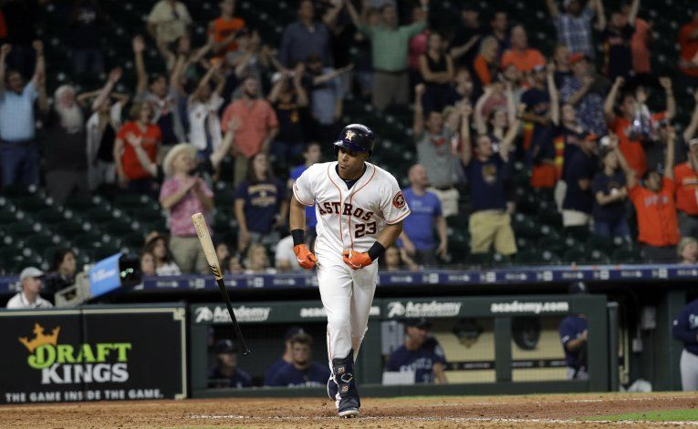Astros remontan a Marineros con jonrón de Brantley en 13ro