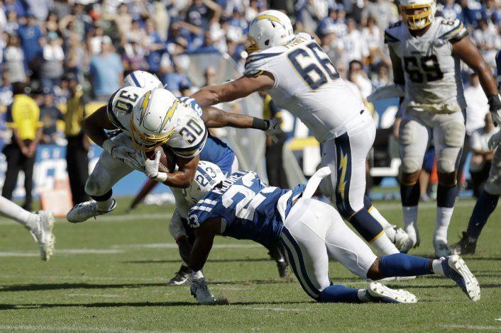 Ekeler anota 3 veces en triunfo de Chargers sobre Colts