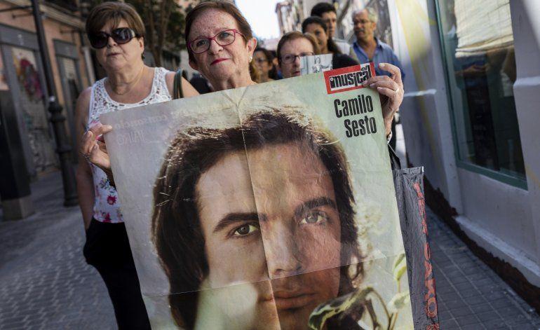 Admiradores y amigos dicen adiós a Camilo Sesto