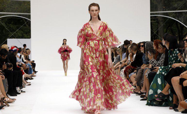 Herrera trae brillante colección floral a Semana de Moda NY