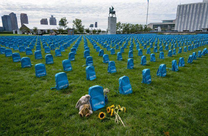 UNICEF exhibe una mochila por cada niño muerto en conflictos