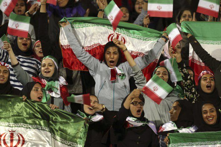 Muere una iraní aficionada al fútbol tras prenderse fuego