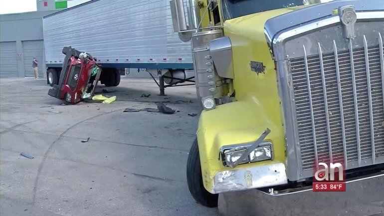 Camionero de Miami se lleva el susto de su vida: un SUV Hyundai se estrelló contra su camión mientras el dormía dentro