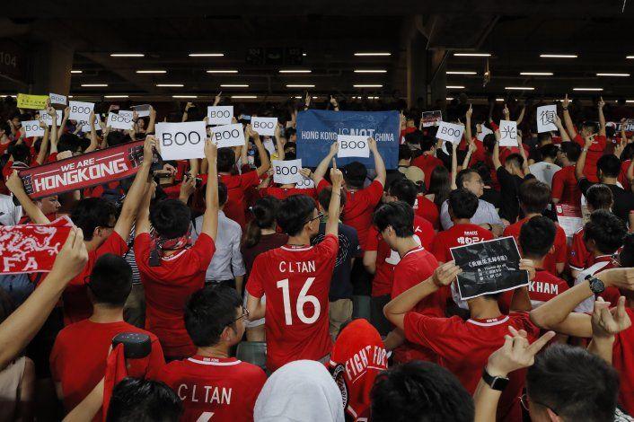 Aficionados hongkoneses al fútbol abuchean himno de China