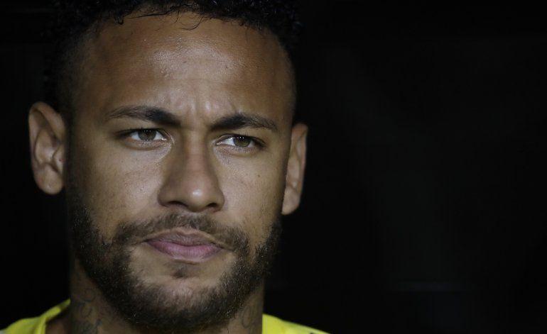 Modelo testifica en caso de delito cibernético contra Neymar
