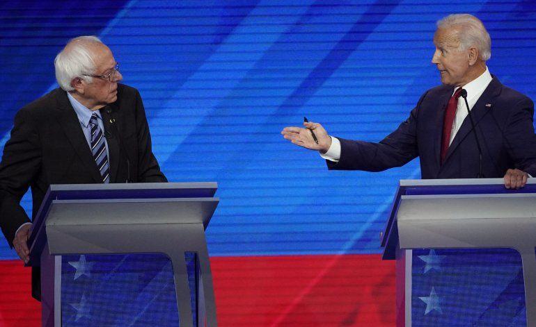 Precandidatos demócratas chocan sobre atención a la salud
