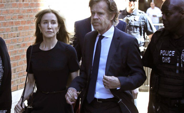 Huffman recibe 14 días de prisión en escándalo universitario