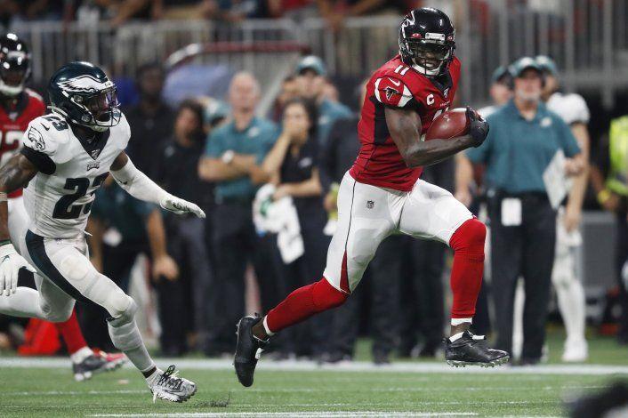Jones anota un TD tardío, Falcons derrotan 24-20 a Eagles