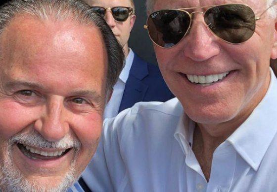 El presentador cubano Raúl de Molina muestra su apoyo al demócrata Joe Biden durante campaña en Miami