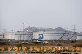 se disparan precios del crudo tras ataques a arabia saudi