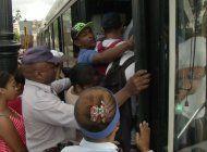 cubanos continuan abarrotando las paradas ante la falta de autobuses por la grave crisis