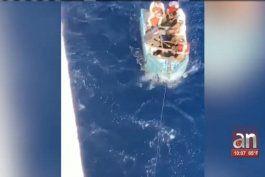 un grupo de balseros cubanos fue rescatado por la tripulacion de un crucero de royal caribbean