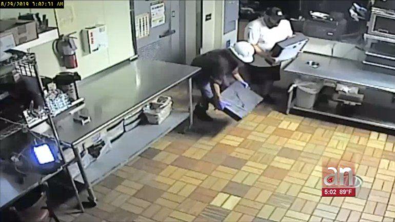 Captados en cámaras quedaron dos hombres robando un Subway en Hialeah