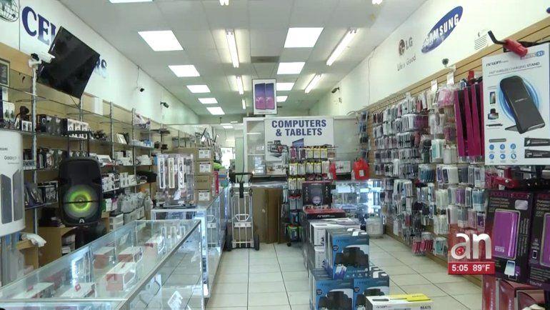 Captados en cámaras quedó el robo de más de 400 celulares de una tienda de Miami