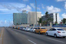 cubanos se quejan de pasar hasta cuatro horas en pleno malecon para comprar combustible