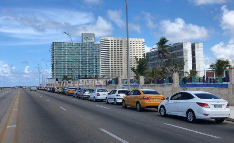 Cubanos se quejan de pasar hasta cuatro horas en pleno Malecón para comprar combustible