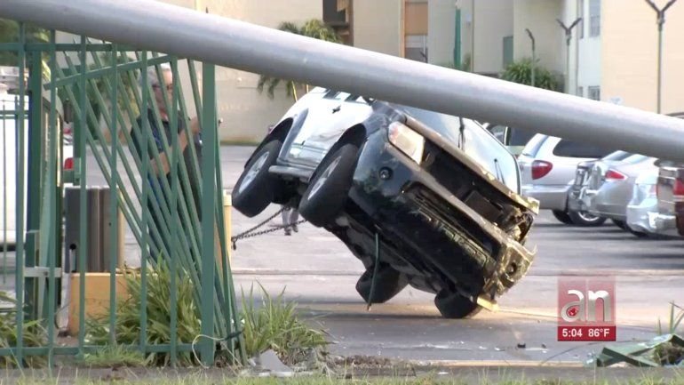 Estudiante pierde el control de su camioneta y se estrella contra varios carros de un condominio de Hialeah