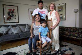 trump cierra puerta a inmigrantes; otros se las abren