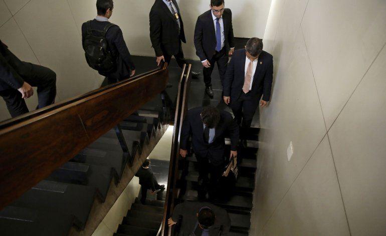 Investigan a senador oficialista de Brasil por sobornos