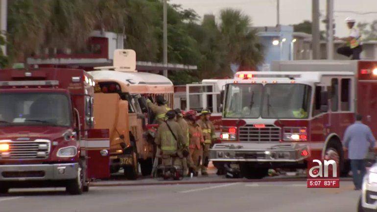 Camión de basura se estrella contra un bus escolar dejando a un hombre gravemente herido