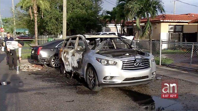 Hombre le prende fuego a un Infiniti estacionado frente a una casa de Allapatha