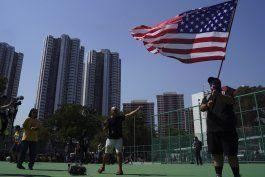 manifestantes de hong kong queman bandera, policia rocia gas