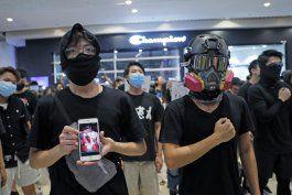 manifestantes en hong kong atacan una estacion de metro