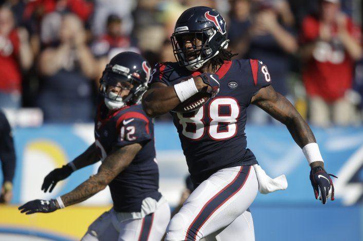 Watson y Watt lideran triunfo de Texans ante Chargers, 27-20