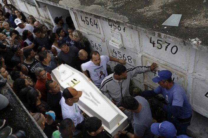 Entierran a niña que murió por bala perdida en favela de Río