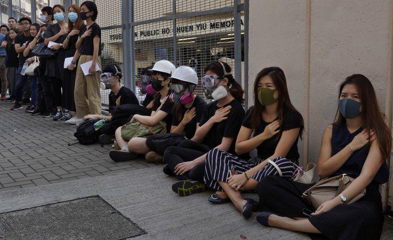 Críticas a policía en Hong Kong tras disparo a manifestante