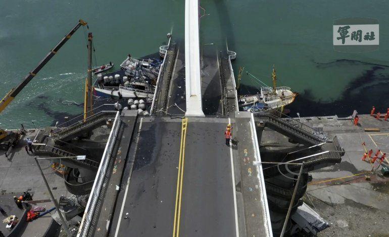 Encuentran 5 cuerpos tras colapso de puente en Taiwán