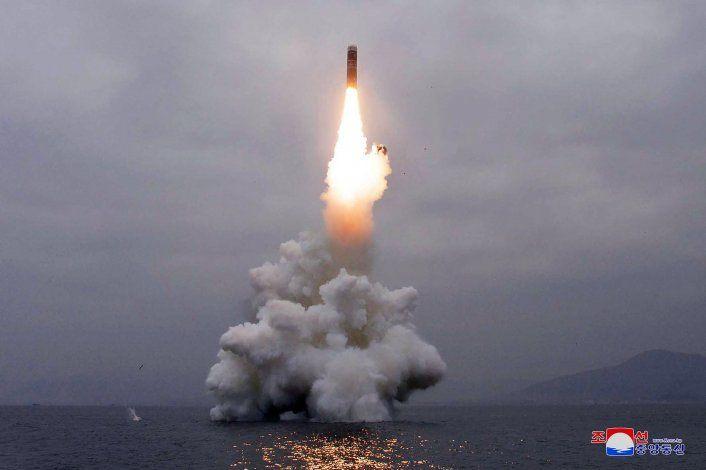 Norcorea efectúa disparo de prueba de misil desde submarino