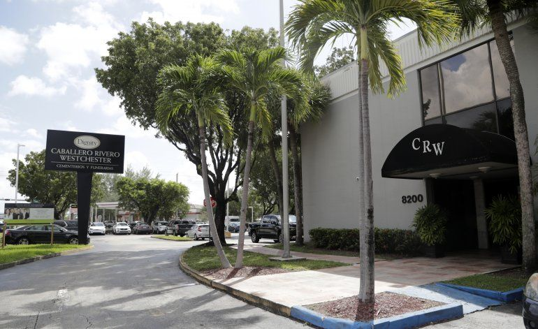 Restos de José José son preparados para velorio en Miami