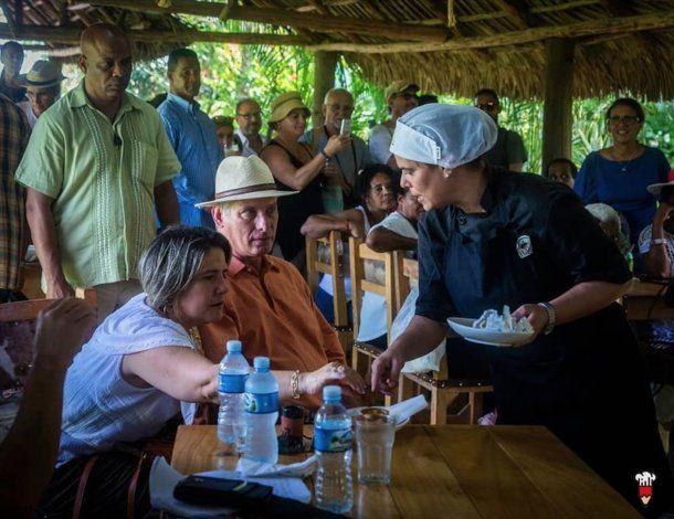 Fotos de Díaz-Canel y su esposa en plena degustación de tapas encienden las redes
