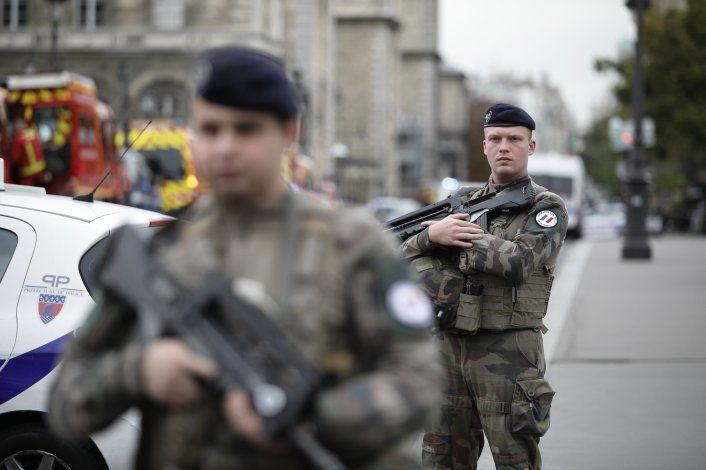 Investigan ataque a policía de París como acto de terrorismo