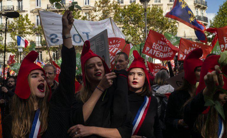 París: Marchan por medida de derecho reproductivo para gays