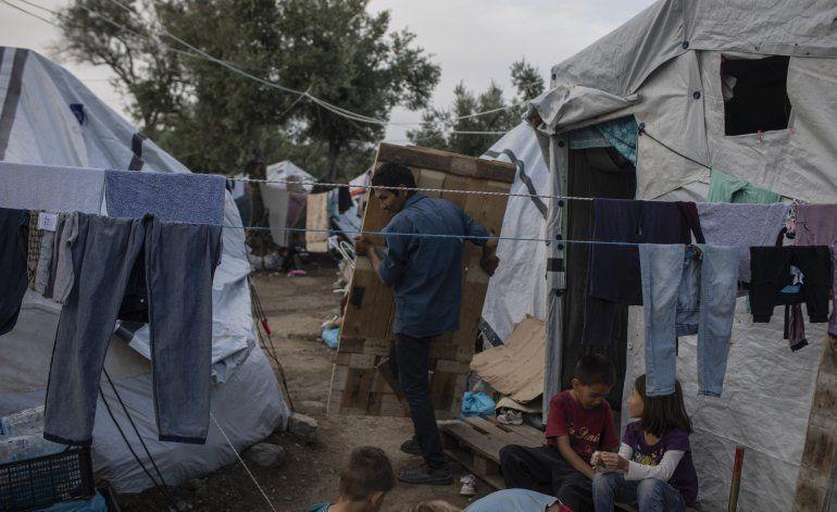 Grecia transfiere a 570 migrantes de campamento hacinado
